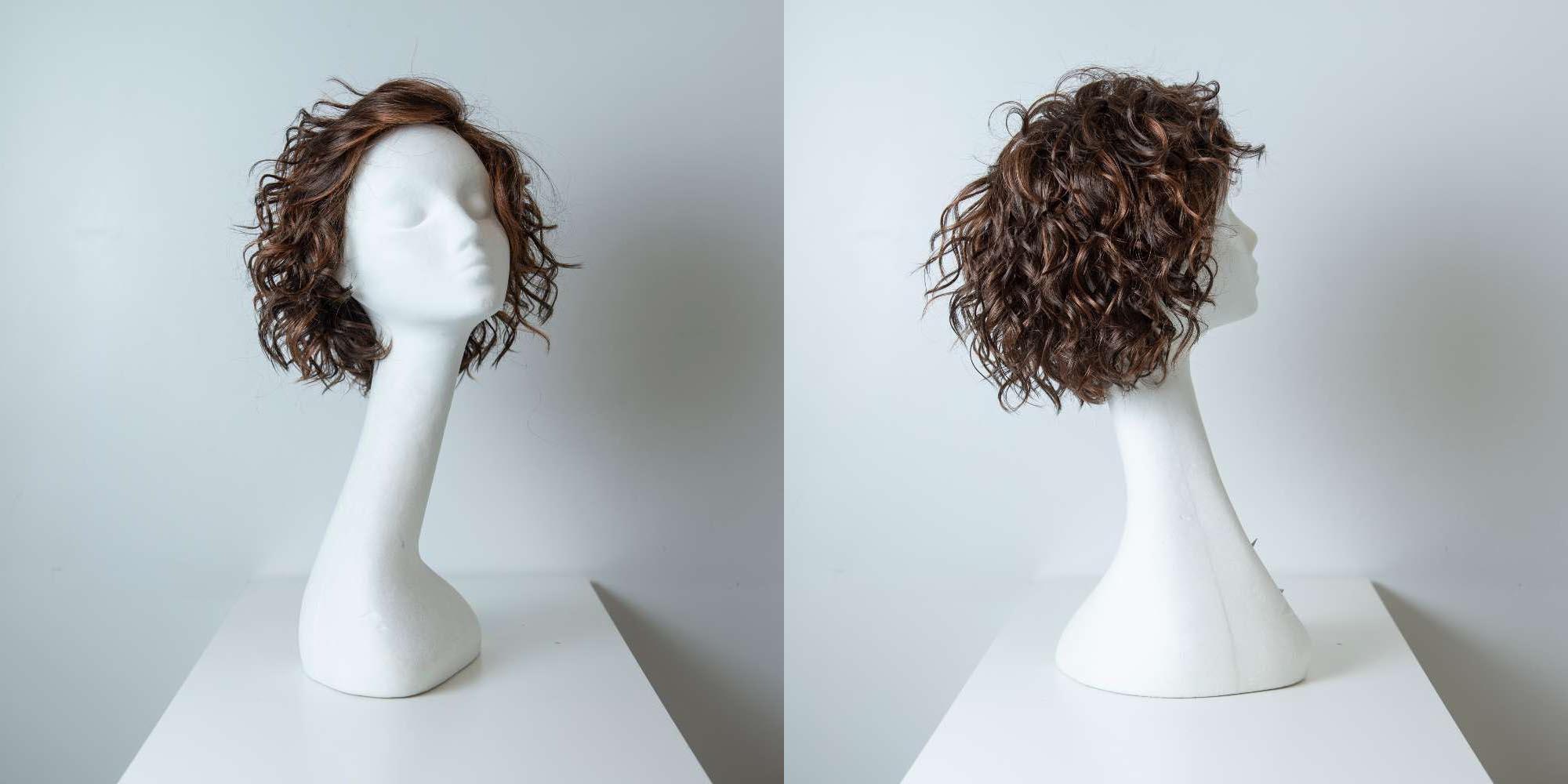 Parrucca capelli sintetici corti castani ricci donna_Leoni-Zazzera