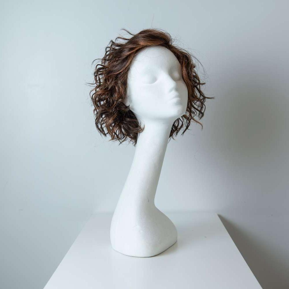 Parrucca capelli sintetici corti castani ricci donna_fronte_Leoni-Zazzera