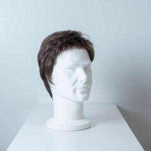 Parrucca capelli sintetici corti castano uomo_fronte_Leoni-Zazzera